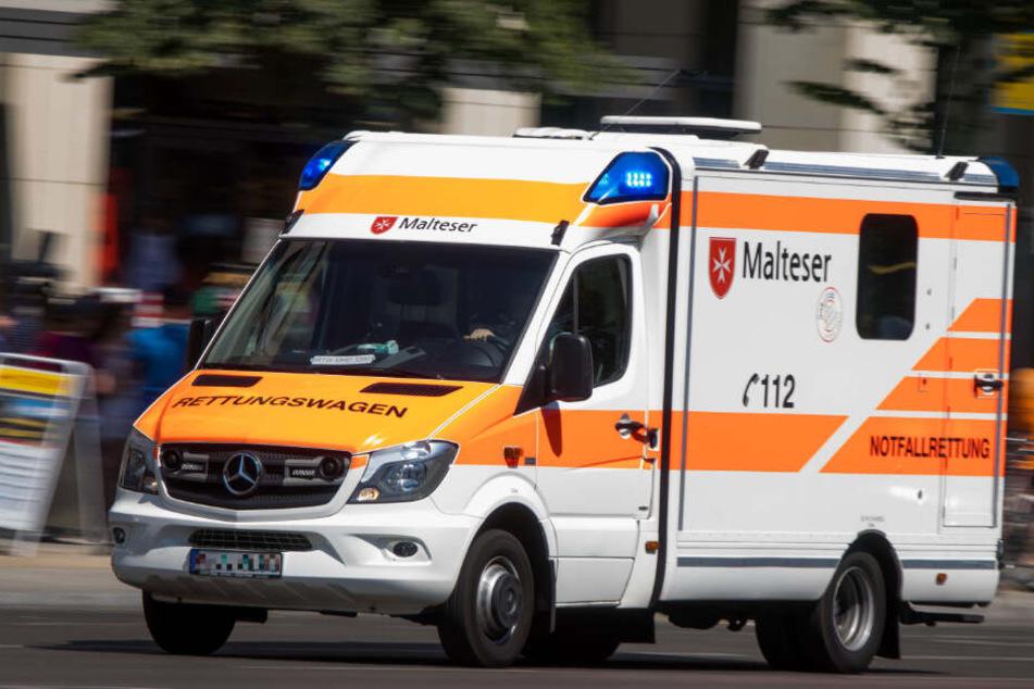 Der Rettungswagen brachte den Mann ins Krankenhaus. (Symbolbild)