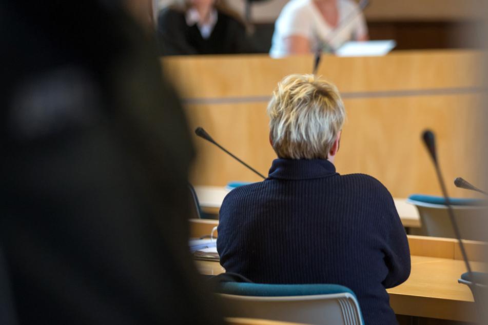 Die Angeklagte beim Prozessauftakt in Erfurt.