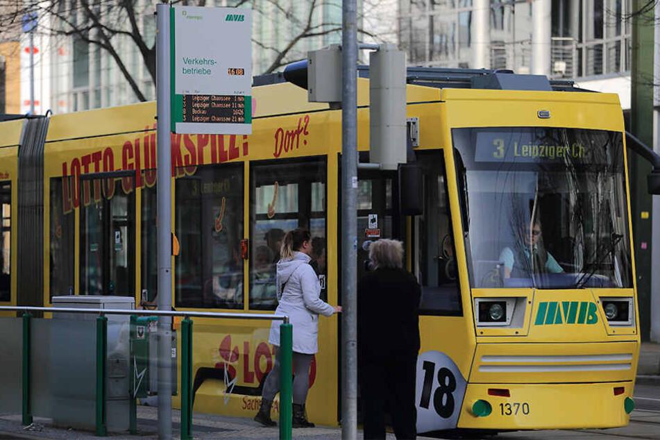 Jugendlicher steigt aus Straßenbahn und wird von Auto erfasst