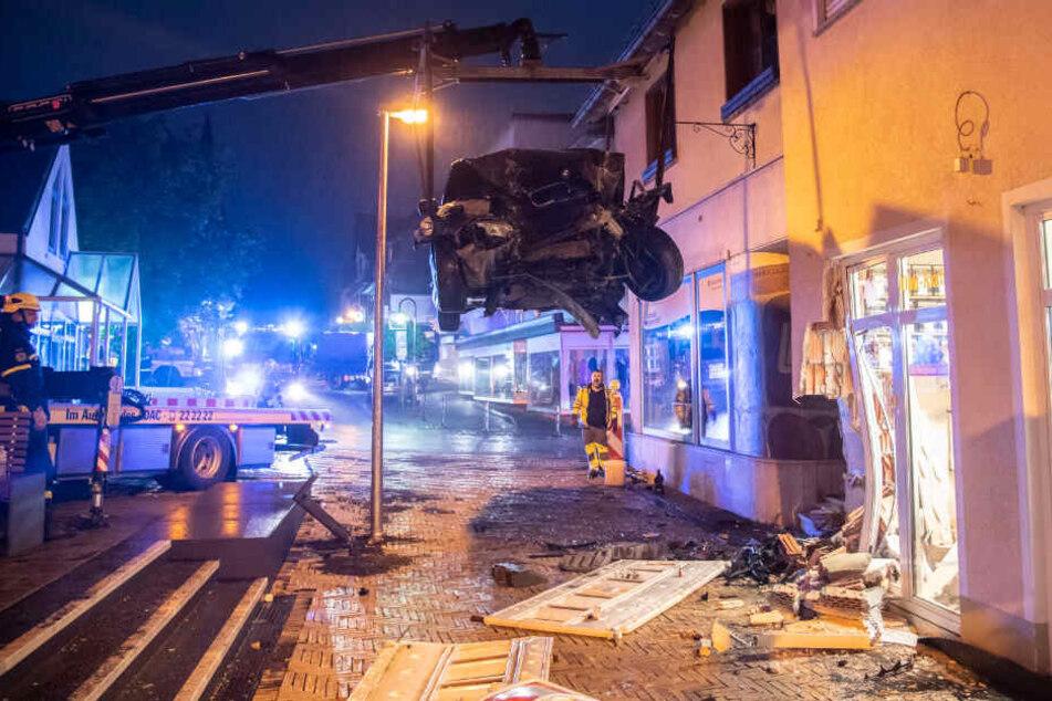 Der BMW musste mit einem Kran vom Unfallort entfernt werden.