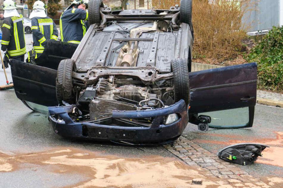 Der Fahrer konnte von Ersthelfern aus seinem Ford befreit werden.