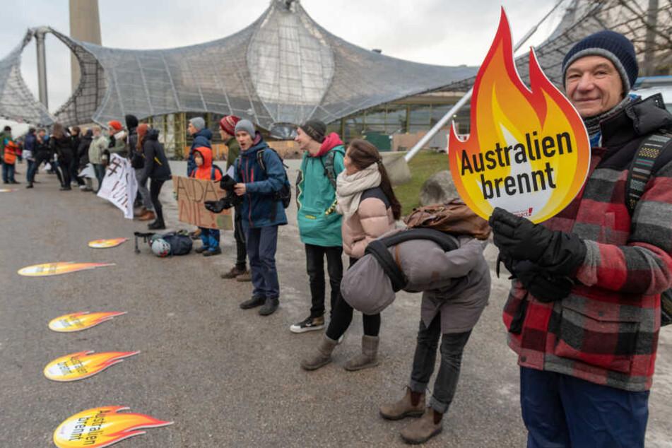 Klimaaktivisten empfangen die Teilnehmer der Hauptversammlung in München.