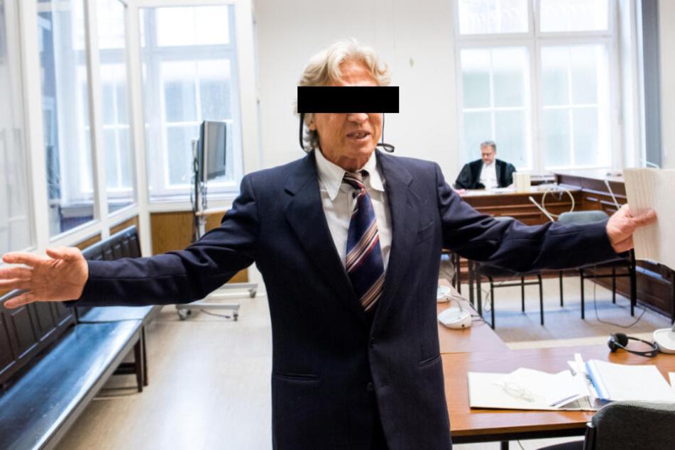 Der Tatverdächtige gestikuliert wild im Gerichtssaal herum.