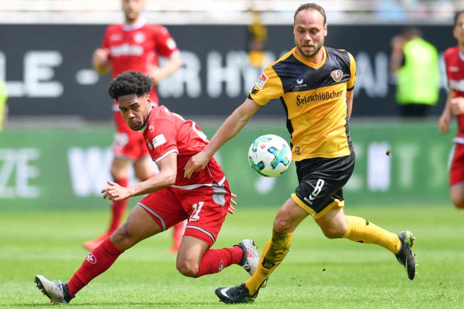 Kaiserslauterns Phillipp Mwene (l) und Dresdens Rico Benatelli versuchen an den Ball zu kommen.