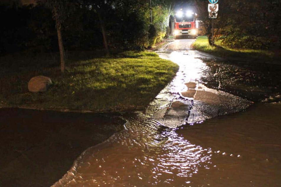 Am Sonntagabend trat Wasser aus einer Leitung in Leipzig-Großzschocher aus