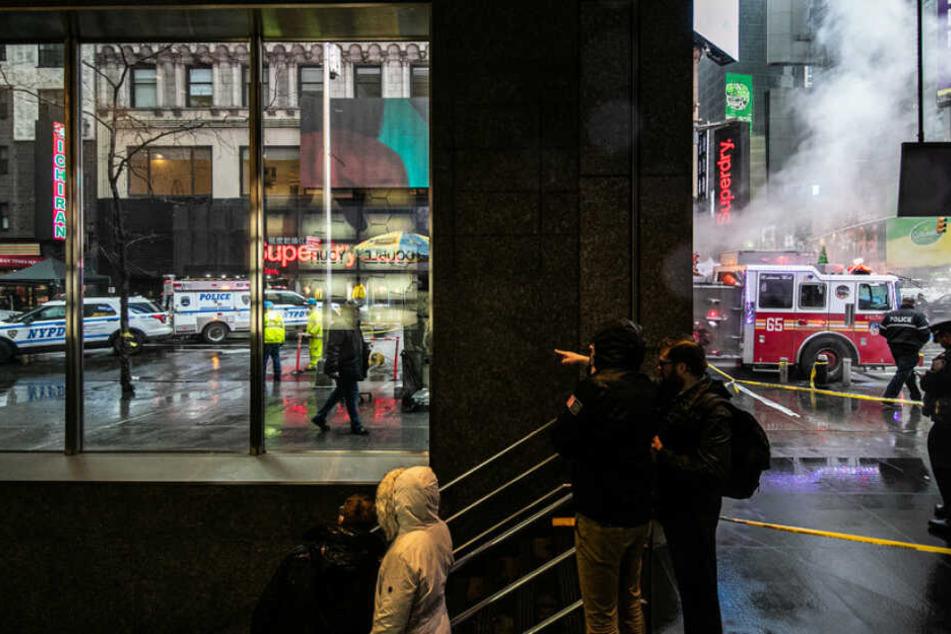 Frau wird am Times Square von fallendem Gegenstand getroffen und stirbt