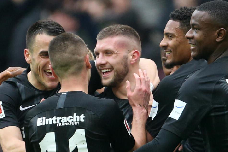 Die Eintracht bejubelt den 1:0 Führungstreffer. Mittendrin: Ante Rebic, der den Freistoß von Filip Kostic mit dem Kopf abfälschte. (zentral im Bild)