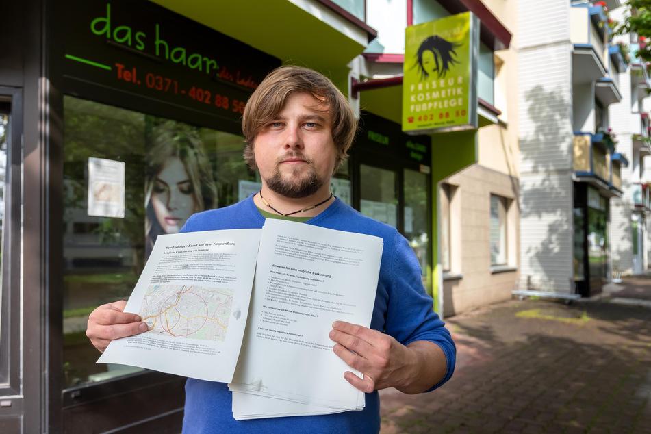 Stadtteilmanager René Bzdok (32) verteilt Info-Zettel zu den geplanten Maßnahmen auf dem Sonnenberg.