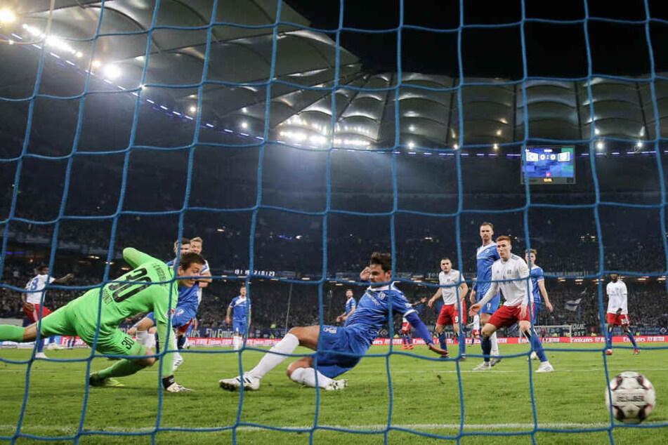 Magdeburgs Torhüter Alexander Brunst und Dennis Erdmann können dem Ball nur noch hinterschauen.