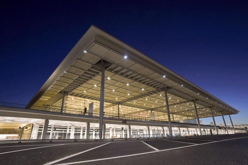Das Terminal- und Nebengebäude des Hauptstadtflughafens Berlin Brandenburg Willy Brandt (BER) in Schönefeld