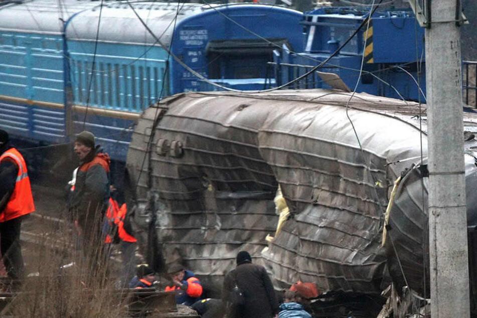 Der Lkw-Fahrer und mehrere Passagiere wurden lebensgefährlich verletzt. (Symbolbild)