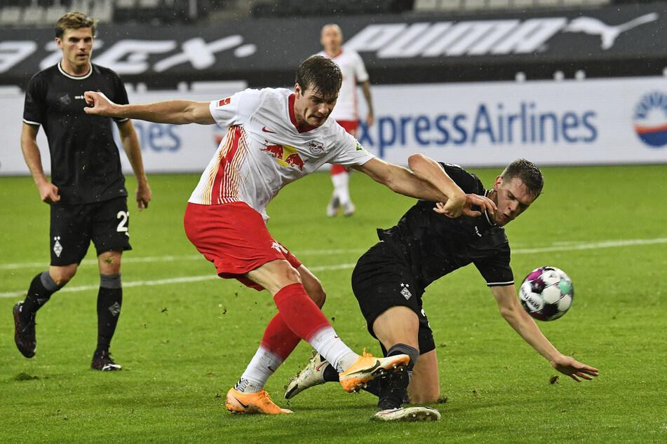 RB Leipzig's Alexander Sörloth (25, m.) im Duell mit Mönchengladbach's Matthias Ginter (27,r.). Ein Kampf um den Ball, den es am Samstag durchaus wieder geben könnte.