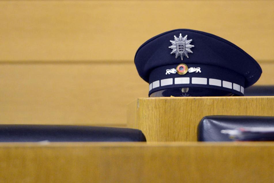 Eine Polizeimütze im Stuttgarter Landtag. Viele Beamte verdingen sich neben dem Hauptberuf beispielsweise als Hausmeister, Zeichner oder Komparse. (Symbolbild)