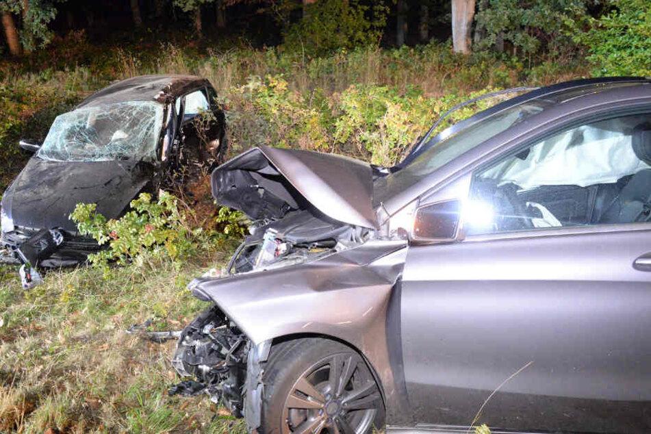 Neben dem 19-jährigen Fahrer wurden zwei weitere Personen schwer verletzt.