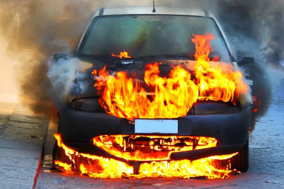 Im Motorraum hatte es angefangen zu brennen. (Symbolbild)