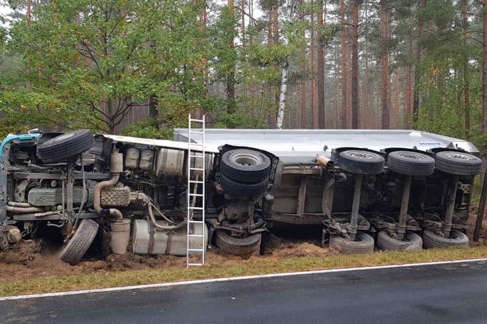 Am Freitagmorgen ist ein LKW, der auf der Bundesstraße 115 zwischen Sandschenke und Niesky unterwegs war, von der Straße abgekommen und umgekippt.