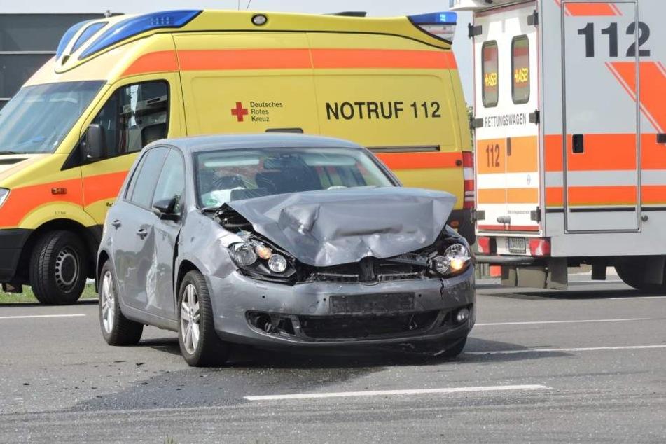 Der offenbar vorfahrtsberechtigte VW Golf stieß mit dem Opel zusammen.
