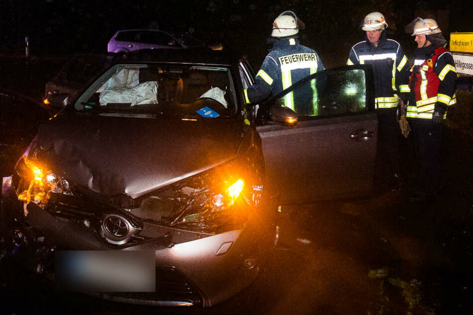 Vater rast in Gegenverkehr: Autofahrer und Kind verletzt