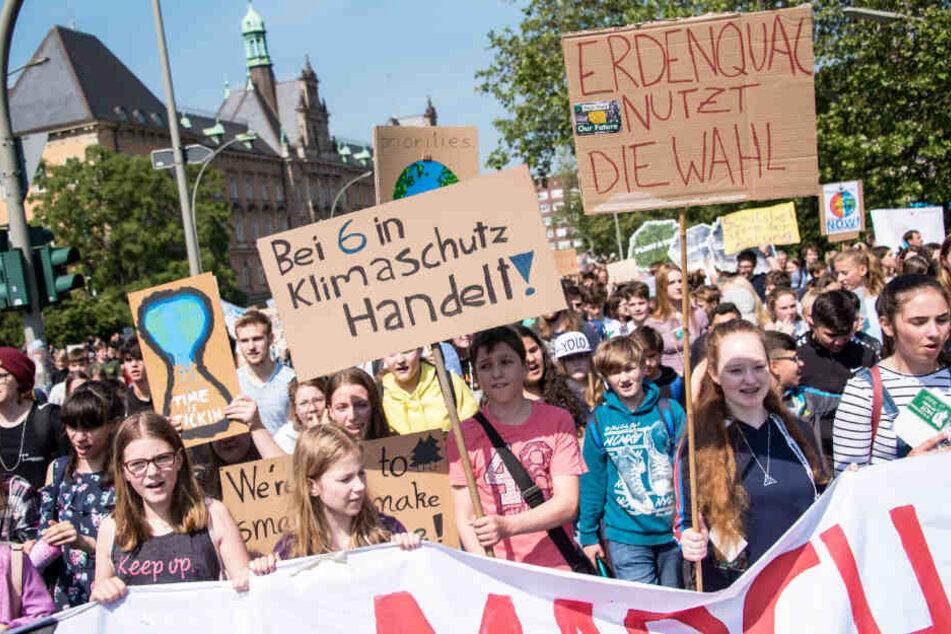 Schüler demonstrieren in Hamburg für mehr Klimaschutz.