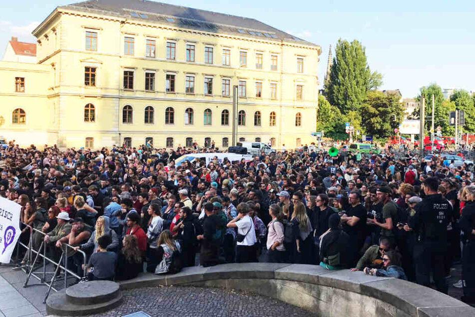 Hunderte Menschen sammelten sich vor dem Verwaltungsgericht - aber nicht, um an der Poggenburg-Kundgebung teilzunehmen!