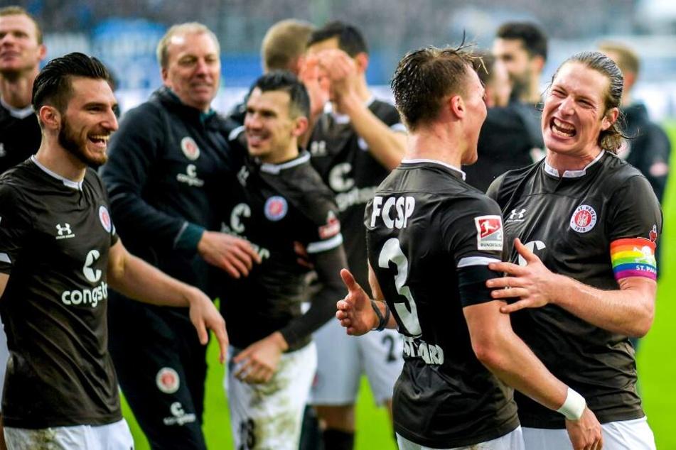Die Kiezkicker feiern ihren Derbysieg über den HSV.