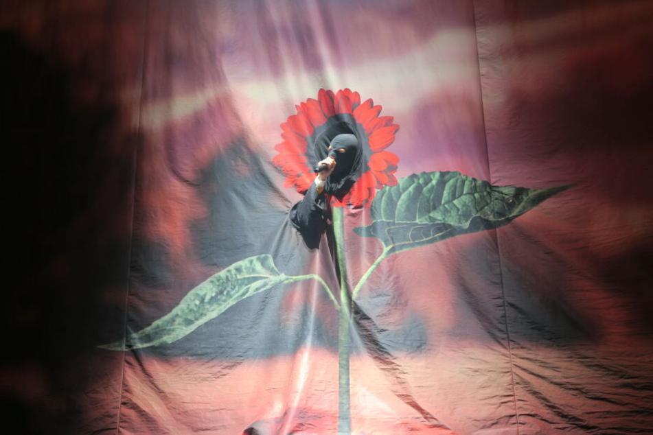 Künstler skurril: Das Intro performte der 30-Jährige als Blume hinter einer Leinwand.