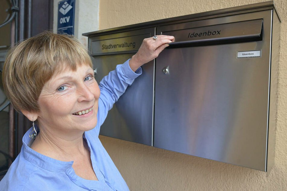 Stadtsprecherin Uta Pleißner (54) vor der neuen Info-Box am Rathaus.