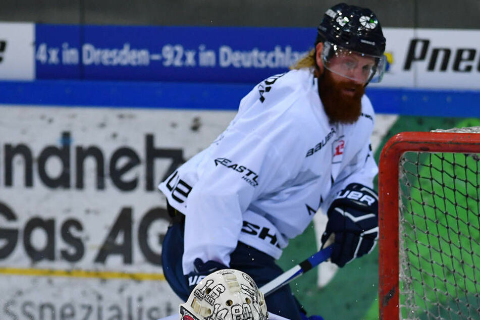 Keeper Sebastian Stefaniszin war im Training hier der Sieger gegen Thomas Pielmeier. Der Stürmer will in der Saison öfters treffen.