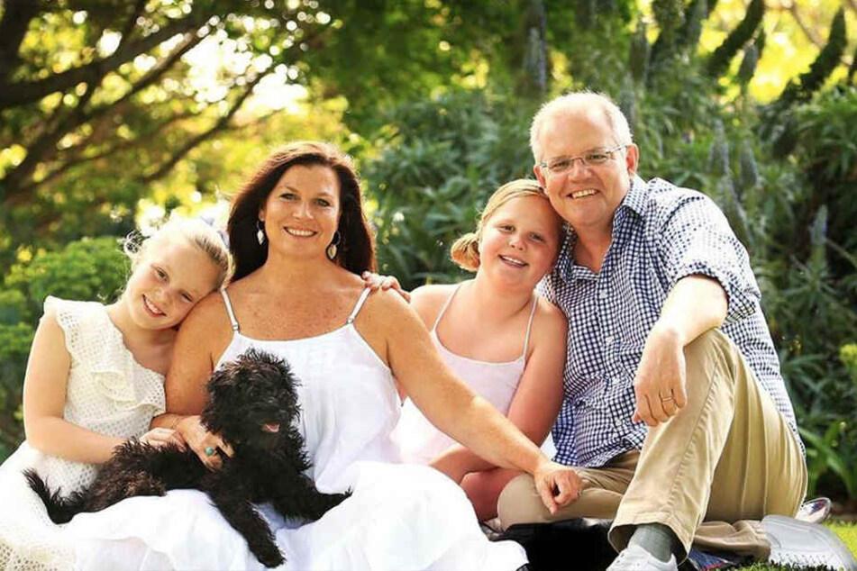 Photoshop-Fail: Politiker wird mit Familien-Foto zum Gespött im Netz