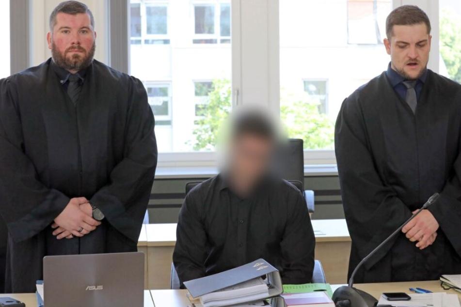 Der 28-jährige Angeklagte (M) wartet mit seinen Verteidigern Karl Ronald Neumann (l-r) und Marcus Tauber im Saal des Landgerichts.