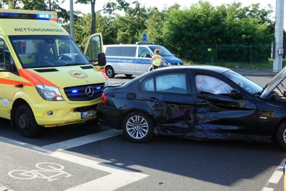 Ein BMW wurde nach dem Zusammenprall gegen einen Rettungswagen geschleudert.