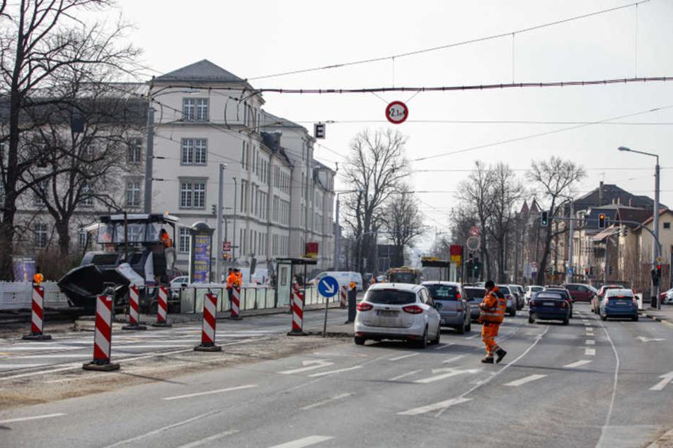 Eigentlich sollten die Fahrbahn-Arbeiten der Königsbrücker Straße bis zum 23. Februar beendet sein.