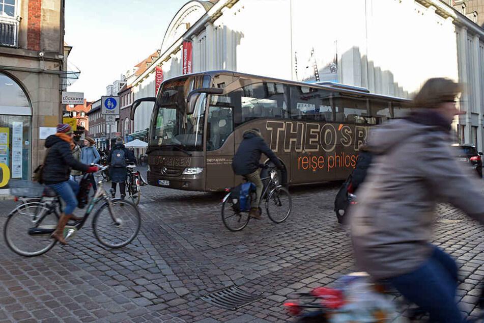 Ein Reisebus versperrt die Einfahrt zur Fußgängerzone in Münster.