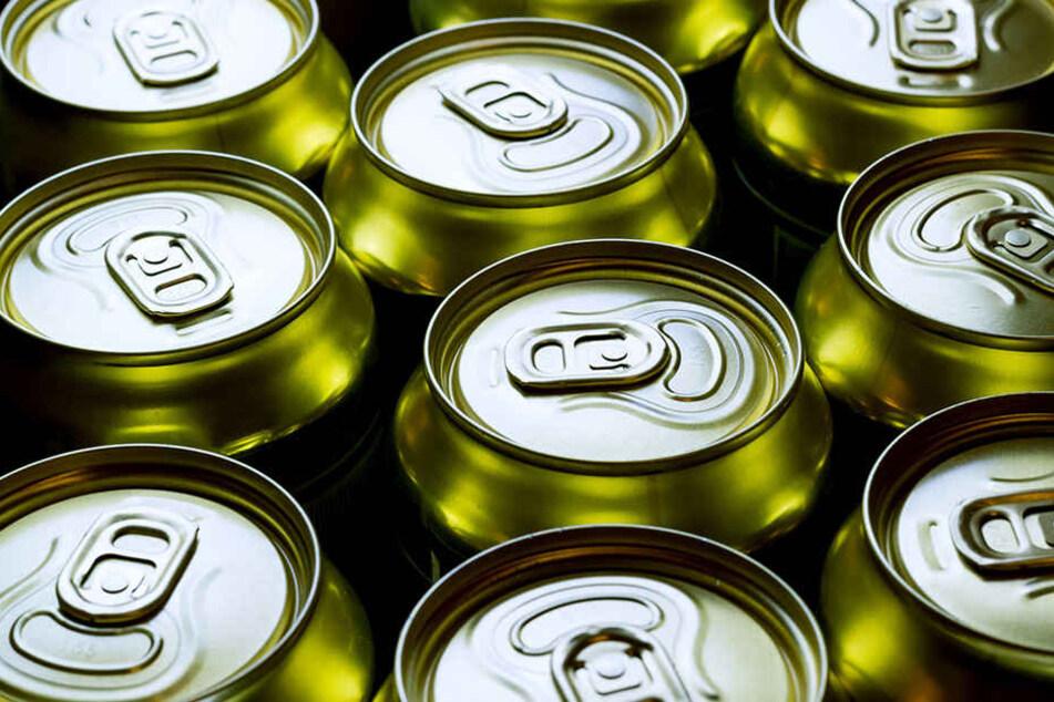 Die Einbrecher stahlen neben einer Palette Bier auch die passende Mahlzeit dazu (Symbolbild).