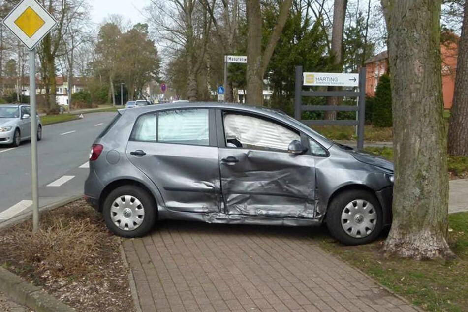 Völlig verbeult war der VW Golf nach dem Unfall.
