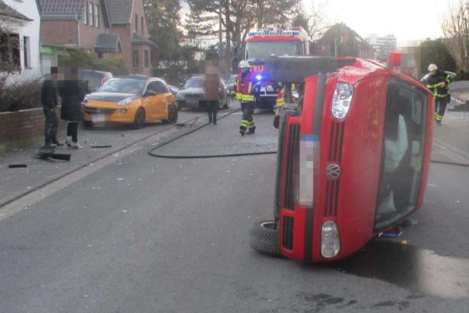 Der Fahrer musste aus dem Wagen vom+n einem Rettungssanitäter befreit werfen.