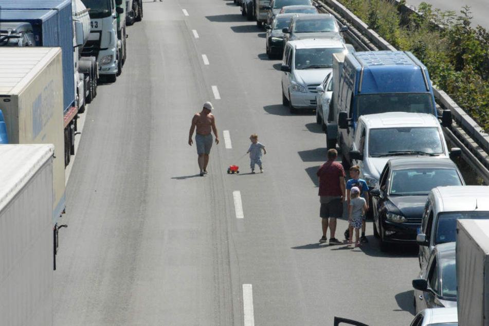 Teilweise spazierten die Autofahrer während des Staus auf der Autobahn rum.