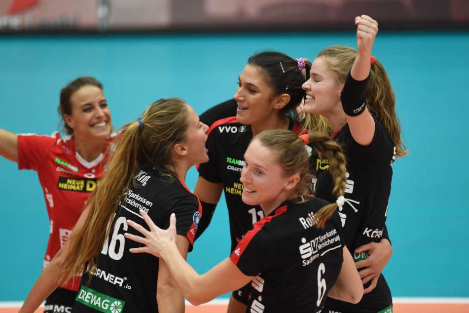 Das DSC-Quartett Lenka Dürr (v.l.) Brie King, Milica Kubura, Kadie Rolfzen und Camilla Weitzel freuten sich ausgelassen über den ersten Saisonsieg in Suhl.