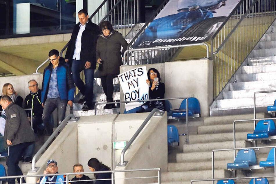 Die Mutter von Nick Huard wird auch in der kommenden Saison mit Motivations-Sprüchen auf Pappen im Löwenkäfig auffallen.