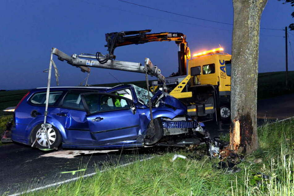 Mit einem Abschleppwagen musste der Ford von der Unfallstelle entfernen.