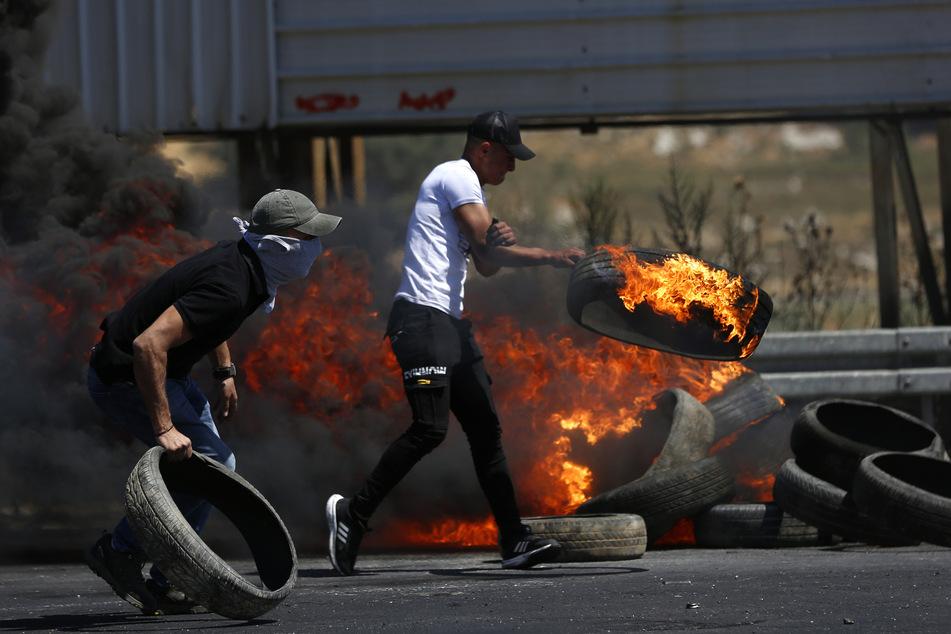 Demonstranten verbrennen Reifen während eines Anti-Israel-Protests am Huwwara-Kontrollpunkt in der Nähe der Westbank-Stadt Nablus.