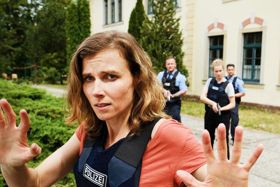 Karin Gorniak (Karin Hanczewski, 38) versucht den Geiselnehmer zu beruhigen.