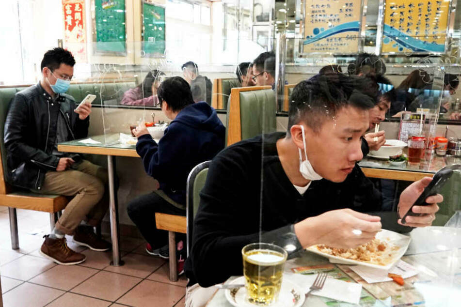 Einblick in ein chinesisches Restaurant in Hongkong zu Beginn der Corona-Pandemie. Die gastronomischen Einrichtungen in China dürfen nach langer Schließzeit wieder für Kunden öffnen.