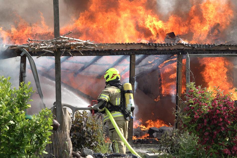Leipzig: Tragisch! Gartenlaube bei Leipzig brennt lichterloh, ein Mensch stirbt