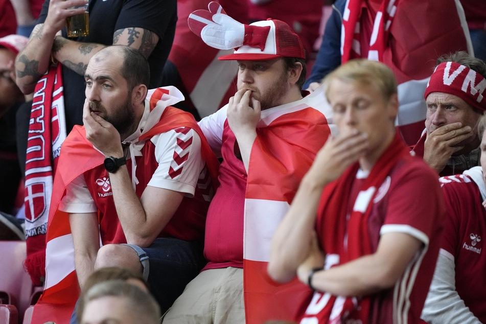 Fans weltweit, hier die dänischen im Stadion, waren geschockt über die Szenen um Christian Eriksen. Doch die Partie wurde fortgesetzt, nachdem er stabilisiert wurde.
