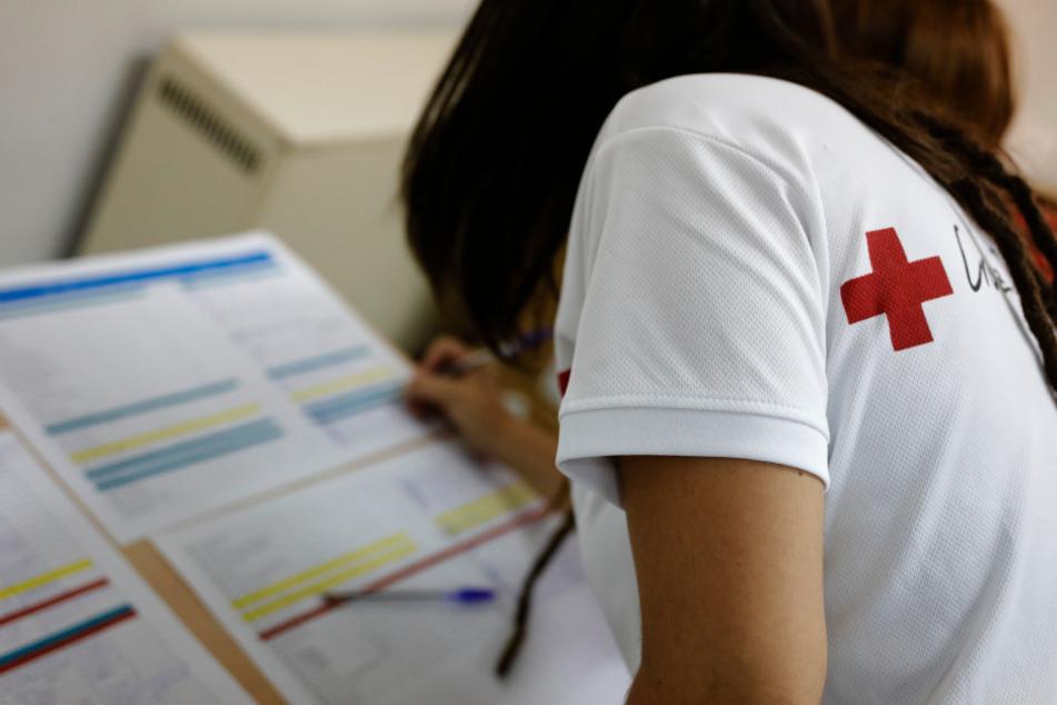 Madrid: Eine Freiwillige des Spanischen Roten Kreuzes nimmt an der Entgegennahme von medizinischem Material teil.