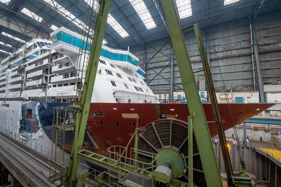 In der Meyer-Werft wird an einem Kreuzfahrtschiff gearbeitet.