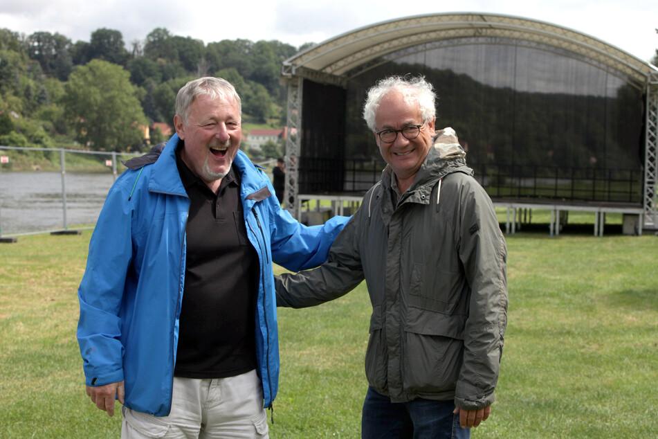 """Tom Pauls (r.) und Gert Lorenz von der Kleinkunstbühne Q24 auf dem Festivalgelände des """"SommerAugust""""."""