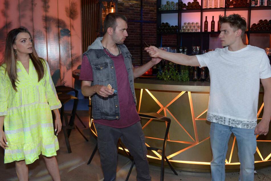 Moritz (r.) dreht durch und bedroht im Mauerwerk Marcel mit einer abgeschlagenen Glasflasche, nachdem der Emily beleidigt hat.