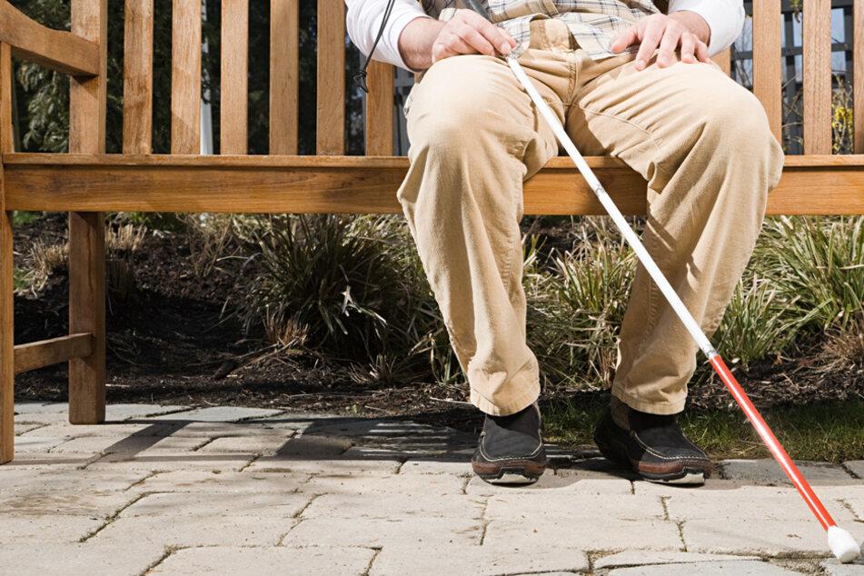 Wie herzlos: Blinder wird von Betrügern übers Ohr gehauen